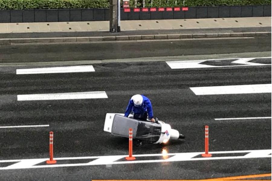 台風21号の中ピザを配達するバイク動画をチェック!ドミノ・ピザ酷い!